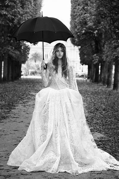 لباس های مجموعه ورا ونگ که معمولاً مدل هایی بین المللی ارائه می دهد، با استفاده از پارچۀ حریر و دانتل تولید شده اند.