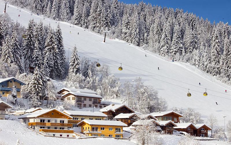 پیست کامونیکا هتل و آپارتمانهای خوبی برای اقامت دارد و مربیان خوبی هم در آنجا استقرار دارند که به مبتدیان اسکی یاد می دهند.