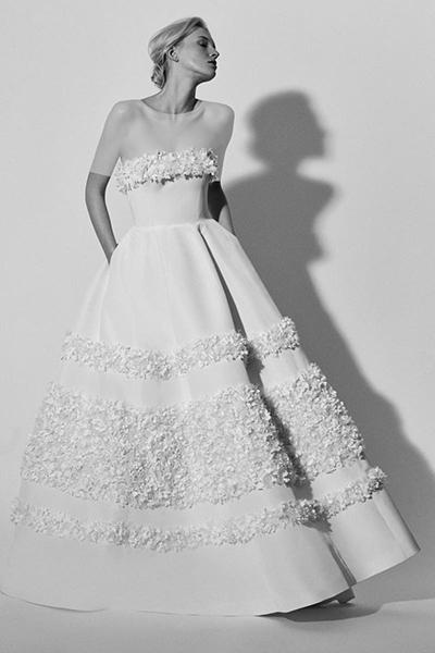 لباس های طراحی شده برند کارولینا هررا برای پاییز 2018 برخلاف مدل های سال گذشته، دو تغییر عمده داشته است