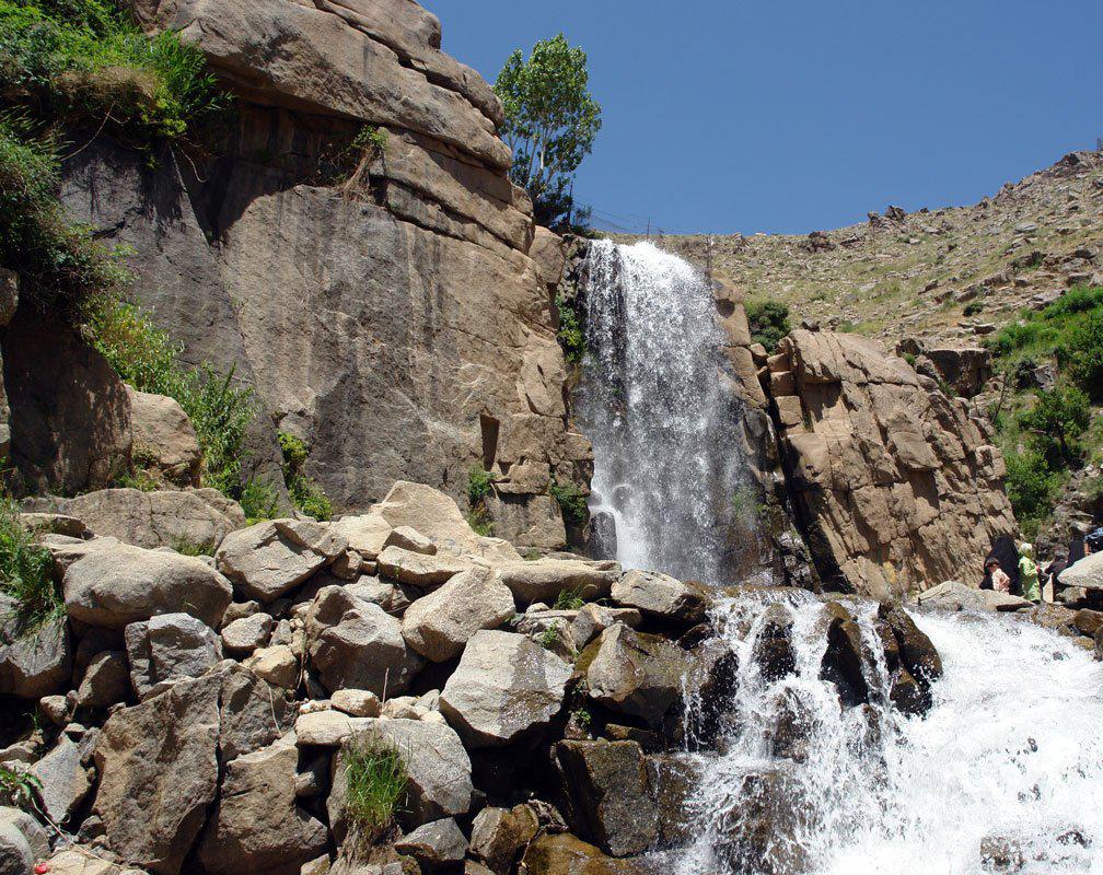 گنجنامه یک مجموعه توریستی است که طبیعت و آبشار بسیار زیبایی برخوردار است.