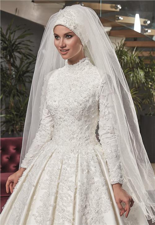 در بسیاری از مدل ها، کمر لباس هم دارای تزئینات زیادی است که ممکن است با تزئینات بالاتنه یا دامن متفاوت باشد.
