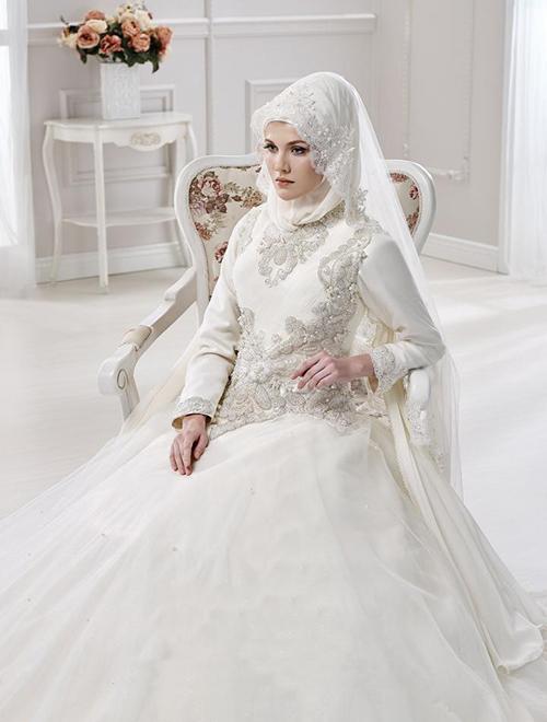 بیشتر بر موضوع تزئینات لباس متمرکز شده اند تا لباس هایی را که ارائه می کنند