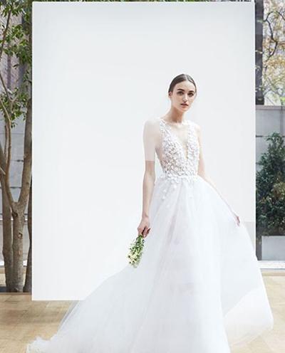 سراسر قسمت بیرونی لباس در این مدل با نقوشی از گل های زیبا گلدوزی شده و یقۀ V شکل آن از نوع دکلتۀ باز است.