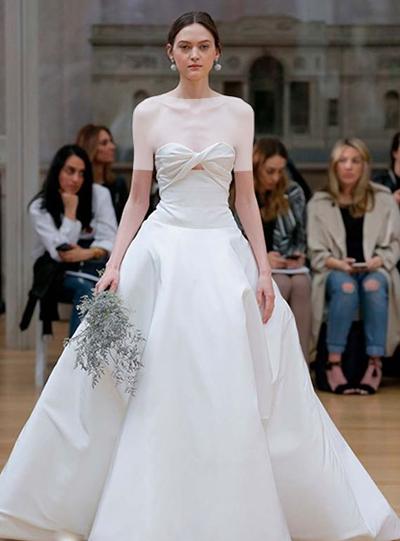 یقۀ این مدل دکلتۀ باز و به شکل قلب است که باعث شده این لباس، جذاب تر به نظر برسد.