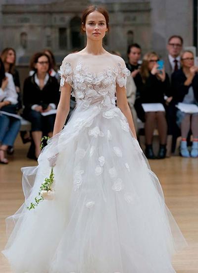 بندهای این مدل لباس از روی شانه افتاده و روی بازوها قرار گرفته اند. نمای خارجی آن با طرح و نقشی از برگ های زیبا به شکل سه بعدی گلدوزی شده است.