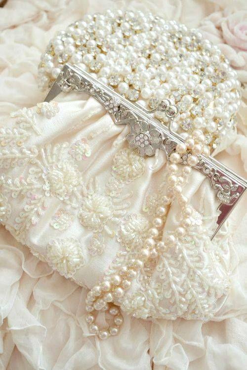 در انتخاب جنس و طراحی کیف ، مدل و نوع پارچه لباس عروستان را هم در نظر بگیرید