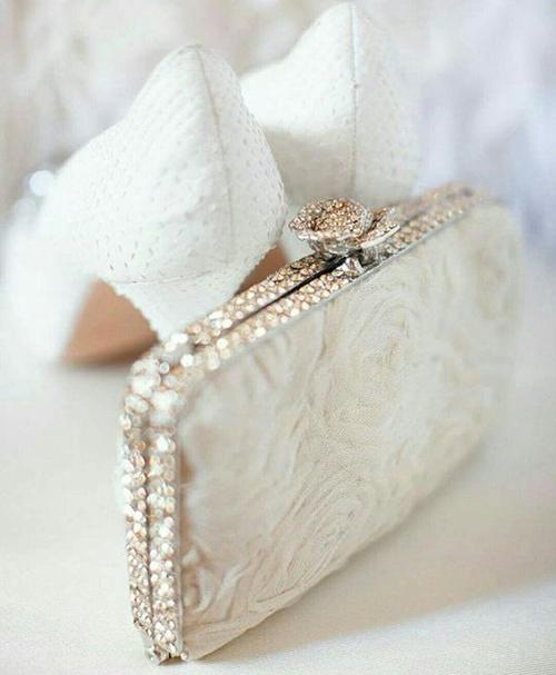 کیف عروسی جلوه بیشتری داشته و می توان برای انتخاب آن حساسیت بیشتری به خرج داد .