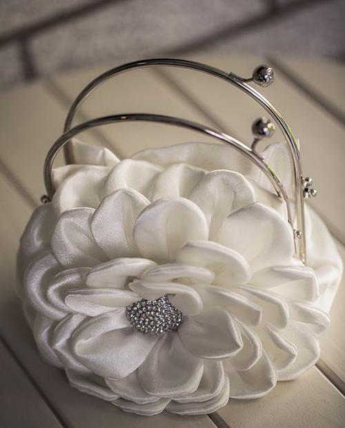 نتخاب یک کیف سبک با بند کوتاه به طوری که روی دوش قرار نگیرد می تواند انتخاب خوبی است