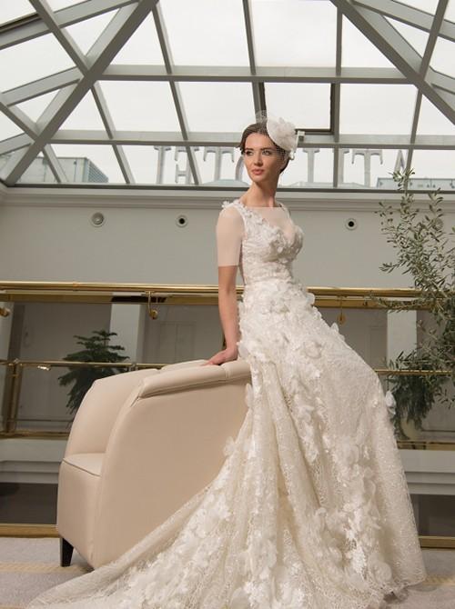 سراسر این لباس از دامن تا بالاتنه، از دانتل ابریشمی کار شده که آن را به لباسی بسیار زیبا تبدیل کرده است.