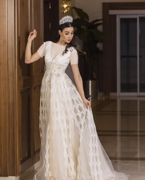 این مدل لباس پر نقش و نگار با طراحی و دوخت مخصوصش، برای عروس خانم هایی مناسب است که دوست دارند خاص و متفاوت باشند.