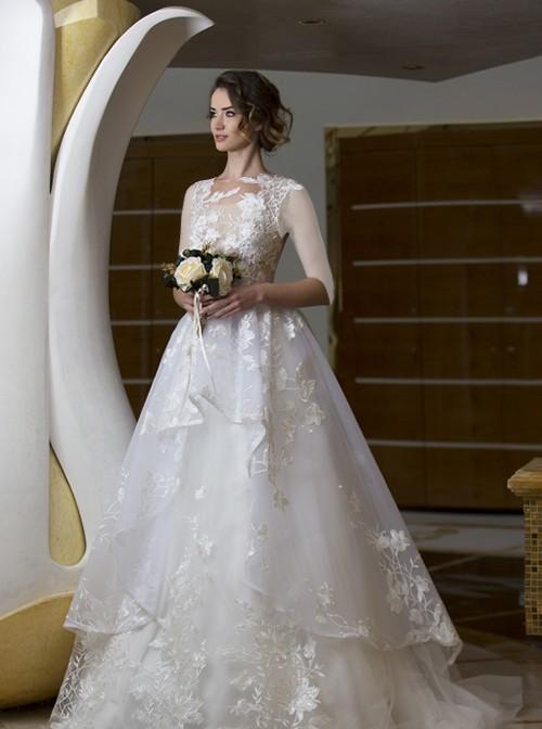 جنس پارچۀ لباس حریر دانتل است که با نقوش برجستۀ گل های درشت روی دامن و گل های کوچک تر روی بالاتنه، تزئین شده و بسیار شیک است