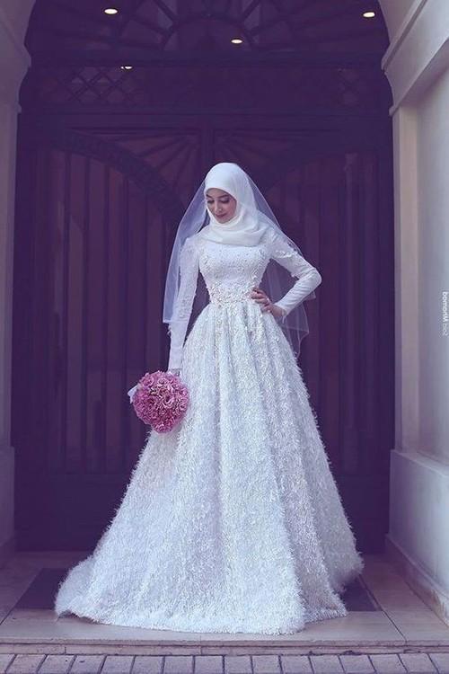در لباس عروس پوشیده تمرکز طراح بیشتر روی تزئینات لباس است