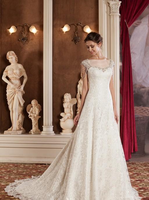 روی طرفین بندهای پهن و یقۀ این مدل با سنگ های نیمه قیمتی و ظریف تزئین شده و آن را برای استفاده در سالن های عروسی تاریخی متناسب کرده است