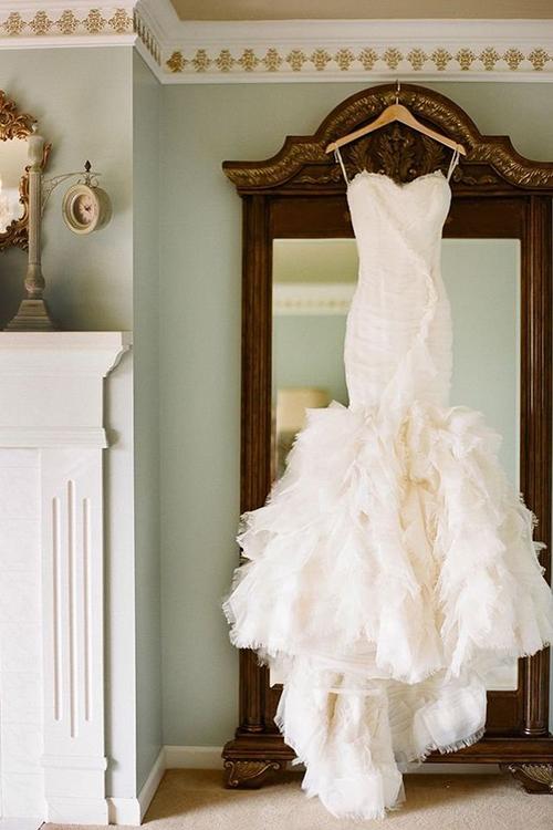 یکی از تصاویری که می تواند شما را همیشه به یاد اولین باری که لباس عروسی تان را دیدید بیندازد، عکس از لباس آویخته بر چوب لباسی است.
