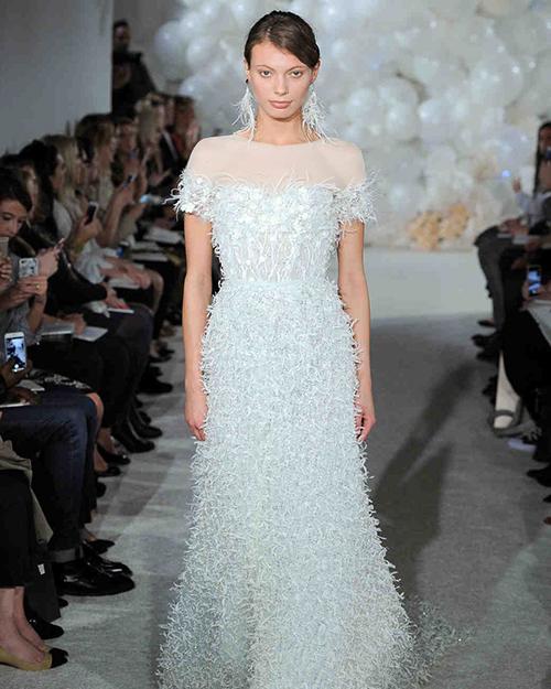 لباس عروس با تزئیناتی از پر
