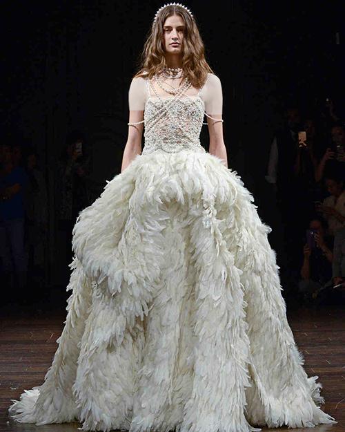 مدل لباس عروس با دامنی از پر
